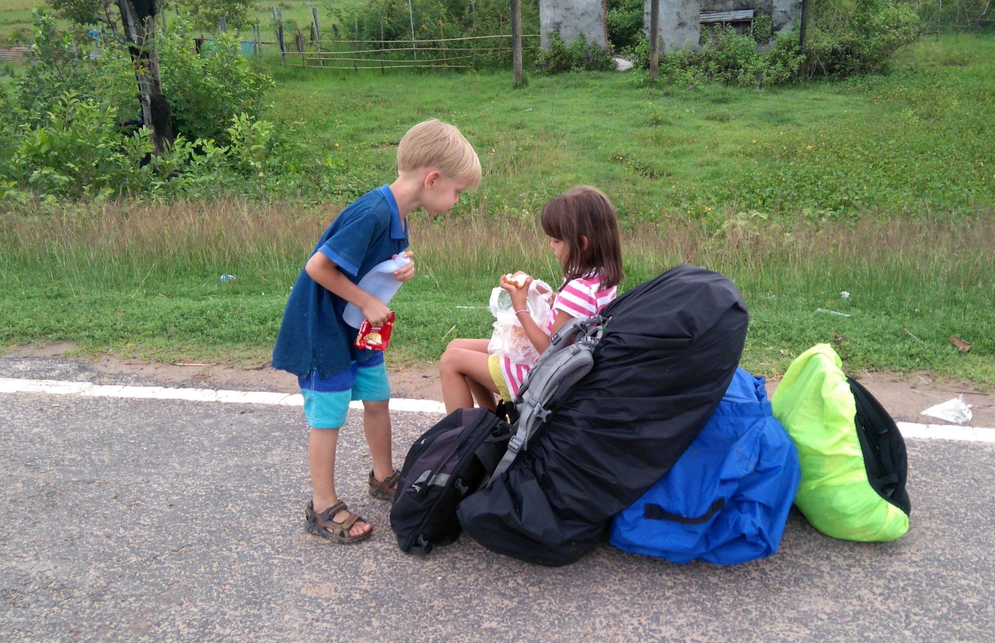 dzieci z plecakami