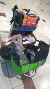 dziecko wwózku bagażowym