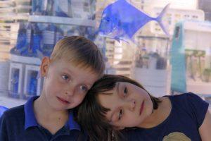 dzieci przy wystawie