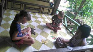 dzieci grają wUno