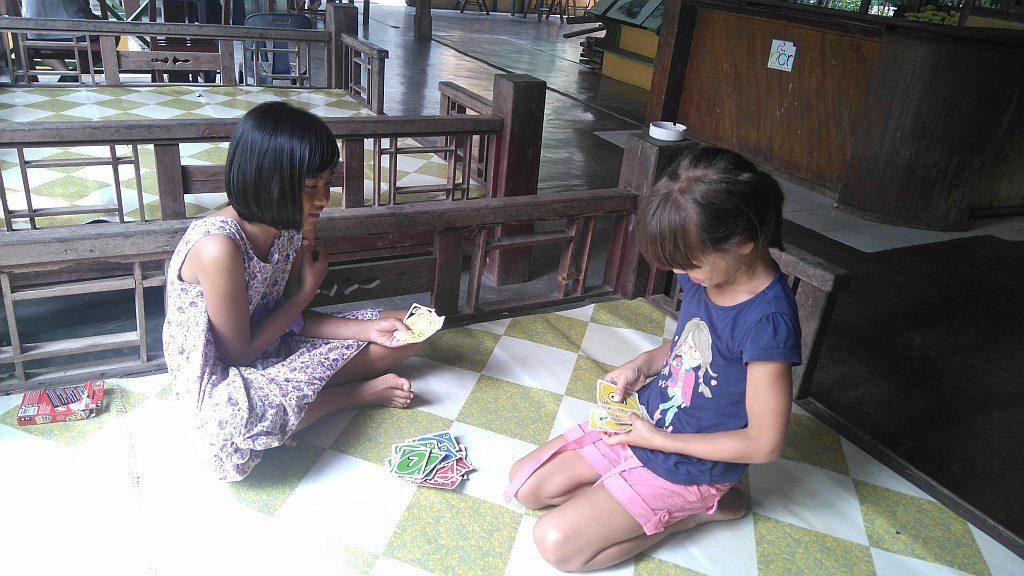 dzieci grają wkarty