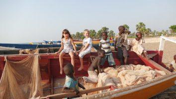 dzieci w łodzi