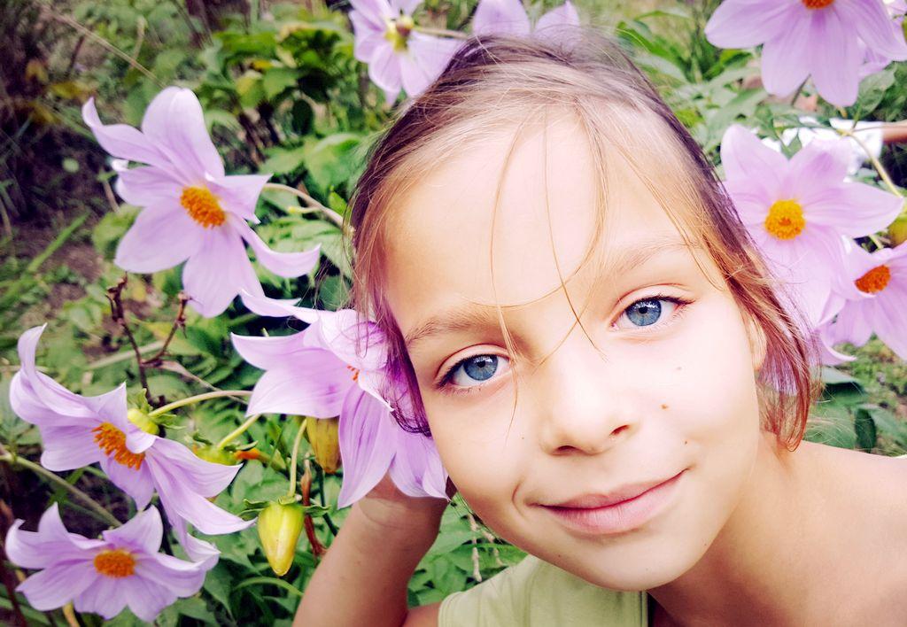 O nas - Dziewczynka zkwiatami
