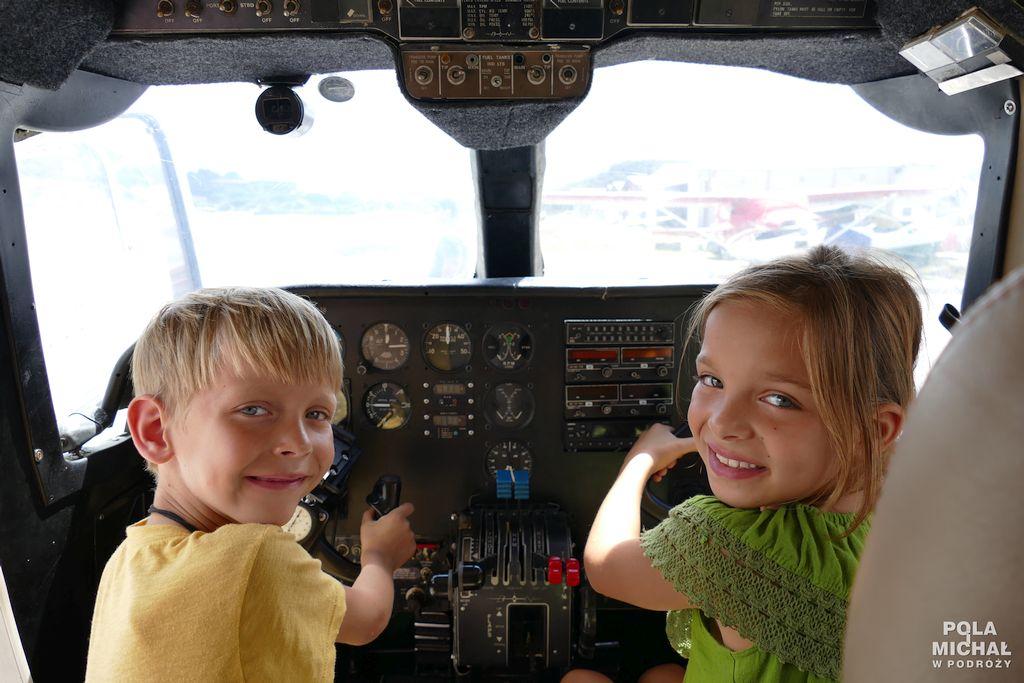 Dzieci zasterami samolotu
